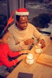 Ojciec i córka pije smakowitego kakao z marshmallows obraz royalty free