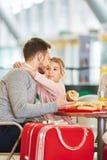 Ojciec i córka wpólnie jemy przekąski w restauracji zdjęcia royalty free