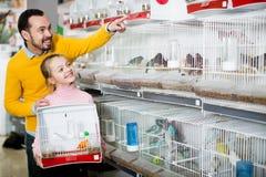 Ojciec i córka wybiera ładnego ptaka Obrazy Stock