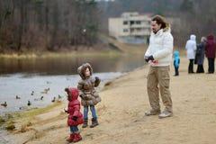 Ojciec i córki karmi kaczki przy jesienią Obraz Stock