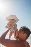 Ojciec I chłopiec Przy plażą zdjęcie stock