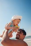 Ojciec I chłopiec Przy plażą zdjęcia royalty free