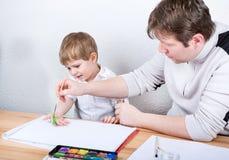 Ojciec i chłopiec trzy roku ma zabawa obraz Zdjęcie Royalty Free