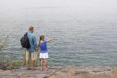 Ojciec i córka cieszy się wycieczkować w pięknym outdoors Obraz Royalty Free
