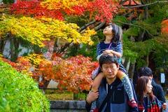 Ojciec i daugther przy Eikando Zenrinji świątynią w Kyoto Obraz Stock