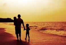 Ojciec i dwa dzieciaka Obrazy Royalty Free