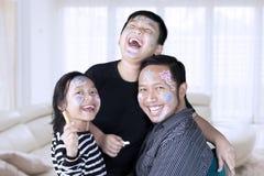 Ojciec i dzieci śmia się wpólnie w domu obraz royalty free