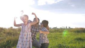 Ojciec i dzieci bawić się na polu zbiory