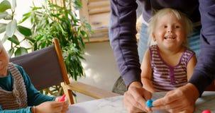 Ojciec i dzieci bawić się wraz z gliną w wygodnym domu 4k zdjęcie wideo