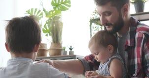 Ojciec i dzieci bawić się z plasteliną zbiory wideo
