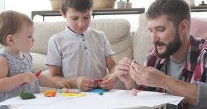 Ojciec i dzieci bawić się z plasteliną w domu zbiory wideo