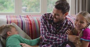Ojciec i dzieci ma zabawę w wygodnym domu 4k zbiory wideo