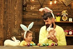 Ojciec i dzieciak maluje Wielkanocnych jajka obraz stock