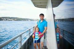 Ojciec i dzieciak podczas Bosphorus rejsu obraz stock