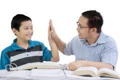 Ojciec i dziecko daje wysokości pięć rękom wpólnie Zdjęcia Royalty Free