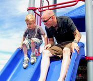 Ojciec i dziecko na boiska obruszeniu Fotografia Stock