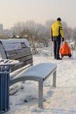 Ojciec i dziecko sledding w parku Obraz Stock