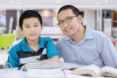 Ojciec i dziecko studiuje wpólnie w kawiarni Obraz Stock