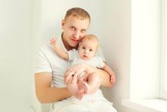 Ojciec i dziecko w białym pokoju w domu Fotografia Stock
