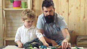 Ojciec i jego dziecko ch?opiec bawi? si? w domu dzie? szcz??liwego ojcze szcz??liwa rodzina razem sztuki Dzieciak i brodaty mężcz zdjęcie wideo