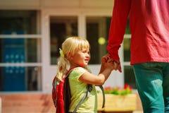 Ojciec i mała córka iść szkoła lub daycare zdjęcia royalty free