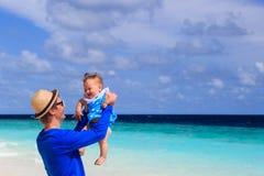 Ojciec i mała córki zabawa na plaży być na wakacjach Zdjęcia Royalty Free