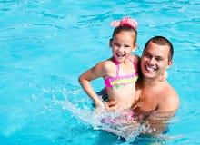 Ojciec i mała dziewczynka ma zabawę na wakacje Zdjęcia Royalty Free