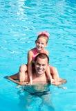 Ojciec i mała dziewczynka ma zabawę na wakacje Zdjęcie Stock