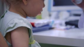 Ojciec i mała dziewczynka sprawdzamy temperaturę ciało przy doktorskim ` s przyjęciem zdjęcie wideo