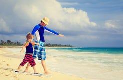 Ojciec i mały syn ćwiczy surfujący positin Zdjęcie Royalty Free