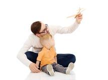 Ojciec i mały syn bawić się z zabawkarskim samolotem Zdjęcia Stock