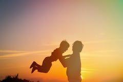 Ojciec i mała syn sztuka przy zmierzchem Zdjęcie Royalty Free