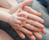 Ojciec i matka mienia dziecka ręka Obrazy Royalty Free