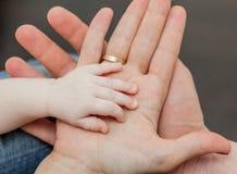 Ojciec i matka mienia dziecka ręka Obraz Royalty Free