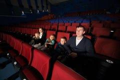 Ojciec i matka z dziećmi ogląda film zdjęcie stock