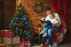Ojciec i syn świętujemy boże narodzenia w dekorującym domu zdjęcie stock