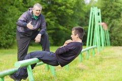 Ojciec i syn angażujący w sportowych ćwiczeniach Obraz Stock