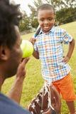 Ojciec I syn Bawić się baseballa W parku Obraz Stock