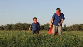 Ojciec i syn bawić się bohatera przy zmierzchu czasem zdjęcie wideo