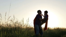 Ojciec i syn bawić się bohatera przy zmierzchu czasem zbiory
