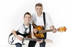 Ojciec i syn bawić się gitary wpólnie fotografia royalty free