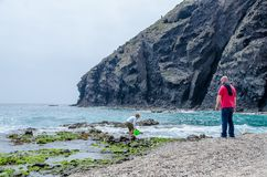 Ojciec i syn bawić się na brzeg marmediterraneo na plaży nieboszczyk Almeria, zdjęcie stock