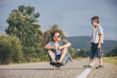 Ojciec i syn bawić się na drodze przy dnia czasem obraz stock