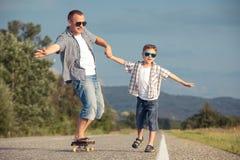 Ojciec i syn bawić się na drodze przy dnia czasem obrazy stock