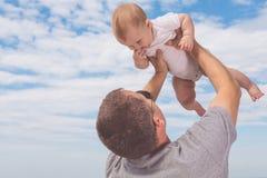 Ojciec i syn bawić się na plaży przy dnia czasem Fotografia Royalty Free