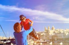 Ojciec i syn bawić się na quay Valletta, Malta Fotografia Royalty Free