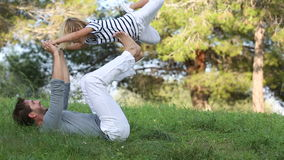 Ojciec i syn bawić się w łące zbiory