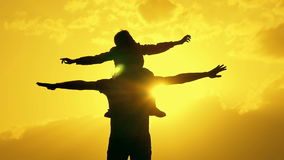 Ojciec i syn bawić się w wieczór nieba sylwetce zdjęcie wideo