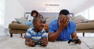 Ojciec i syn bawić się wideo grę w żywym pokoju zdjęcie wideo