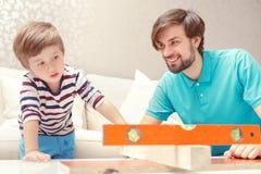 Ojciec i syn bawić się z budynku zestawem Zdjęcia Royalty Free